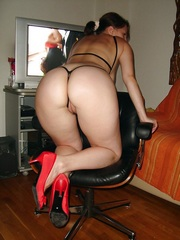 Naked mom with huge and round buttocks..