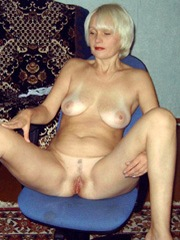 Naked mature blonde milf with short..