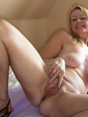 looks-sexy-middle-aged-naked-women-over-new-pussy-getting